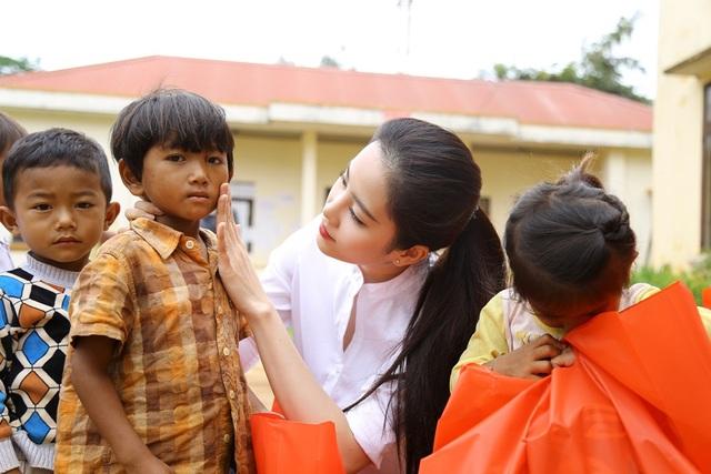 Hoa khôi Nam Em vượt 300km mang trung thu đến với trẻ em K'Ho - 5