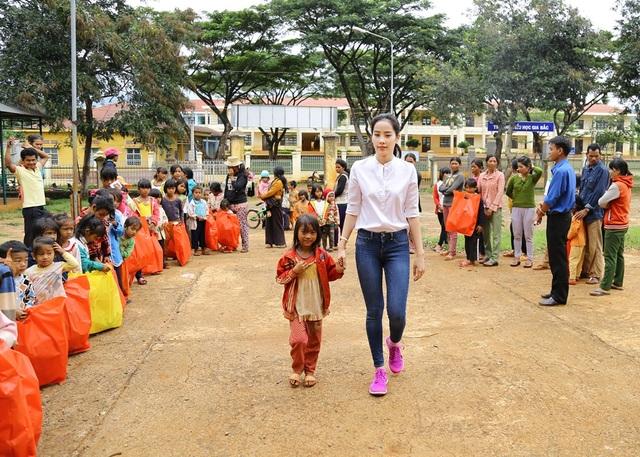 Hoa khôi Nam Em vượt 300km mang trung thu đến với trẻ em K'Ho - 8