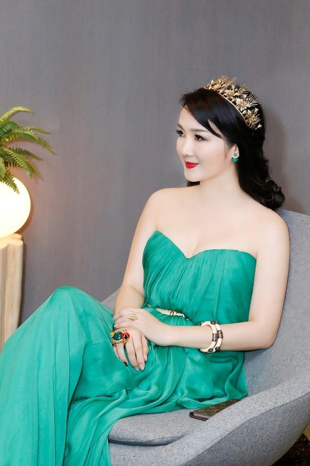 Hiện cô là Trưởng Ban giám khảo hoa hậu đá quý Việt Nam.