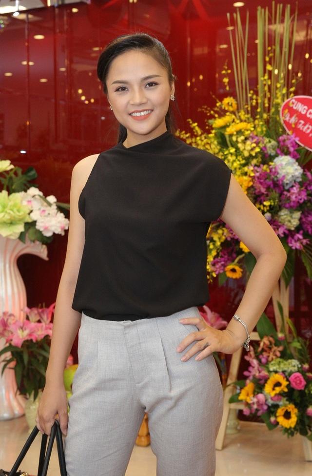 Thu Quỳnh xuất hiện với thần thái rạng rỡ. Cô gái từng lọt vào top 10 Hoa hậu Việt Nam 2008 diện trang phục đơn giản nhưng vẫn thu hút người nhìn bởi vẻ dịu dàng, nụ cười duyên cùng vóc dáng cao.