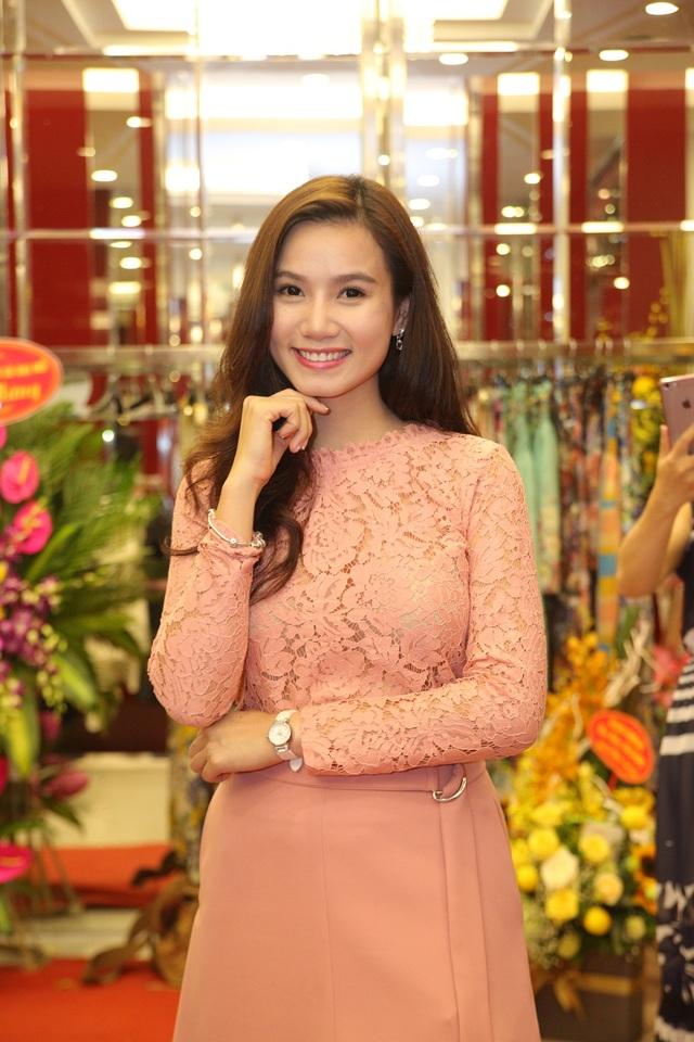 Cô cũng là gương mặt MC duyên dáng dẫn dắt nhiều chương trình uy tín, mới đây nhất cô được danh ca Khánh Ly mời dẫn dắt đêm nhạc của mình. Danh ca Khánh Ly khen ngợi vẻ đẹp đậm chất Hà Nội xưa của Lương Giang.