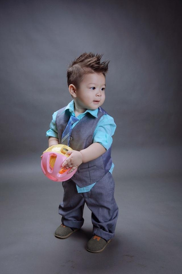 Vẻ đáng yêu, điển trai của quý tử nhà Nhật Kim Anh.