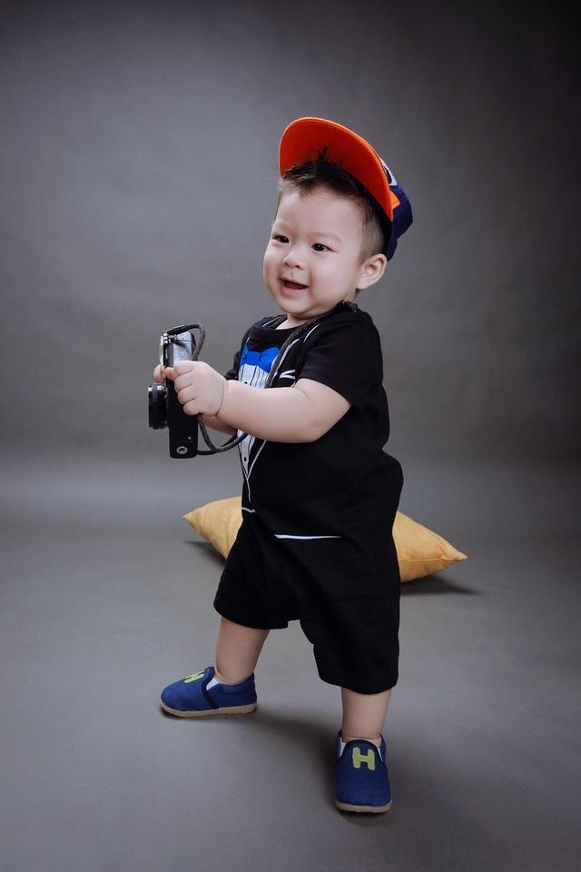 Nhật Kim Anh chia sẻ, con trai cô rất hay cười và sớm thể hiện tình yêu với những đồ dùng công nghệ, thích xe ô tô,…