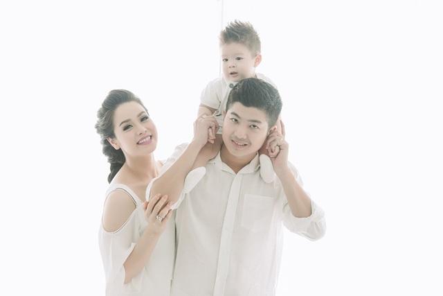 Từ khi có con, ông xã của Nhật Kim Anh cũng giảm bớt công việc để gần gũi vợ con nhiều hơn.