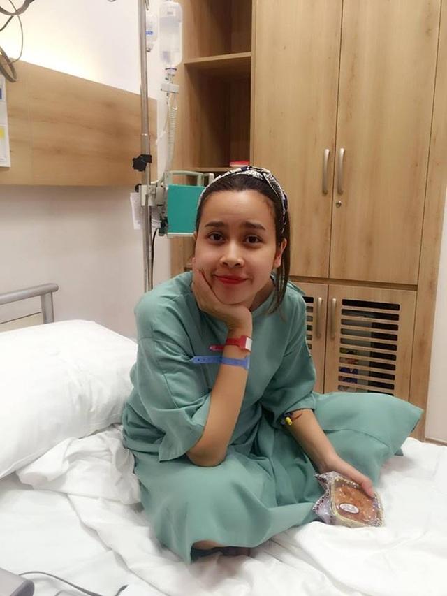 Nữ ca sĩ đã tươi tắn trở lại nhưng vẫn phải điều trị nội trú để theo dõi thêm. Mọi người tới thăm mang theo bánh trung thu nhưng cô không được ăn theo chỉ định của bác sĩ.
