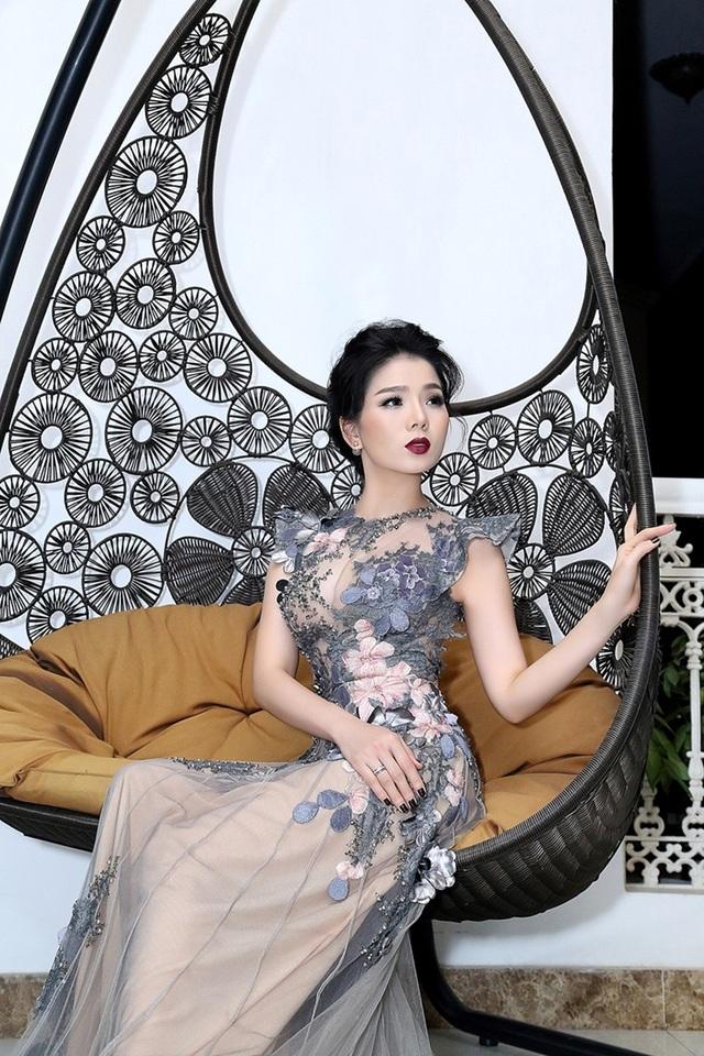 Cô đặc biệt yêu thích những chiếc váy dạ hội, sang trọng, quyến rũ và tôn dáng.