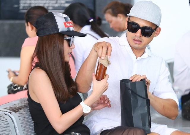 """Lương Thế Thành cho biết: """"Lần này hai vợ chồng đi công tác, kết hợp thăm bà con bạn bè nên mang nhiều quà cáp cũng như trang phục diễn""""."""
