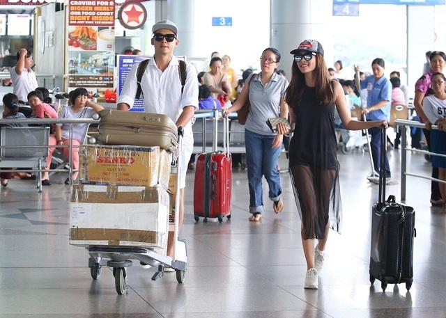 Trở về từ chuyến công tác Mỹ cách đây không lâu, Lương Thế Thành trở lại trời Tây một lần nữa nhưng lần này có bà xã Thúy Diễm đi cùng. Có mặt ở sân bay, cặp đôi khá vất vả với hành lý lỉnh kỉnh.