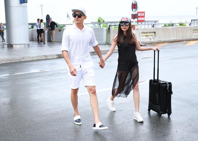 """Năng động, cá tính với trang phục đối lập đen – trắng, cặp đôi diễn viên """"Ải Mỹ Nhân"""" thu hút sự chú ý của người hâm mộ."""