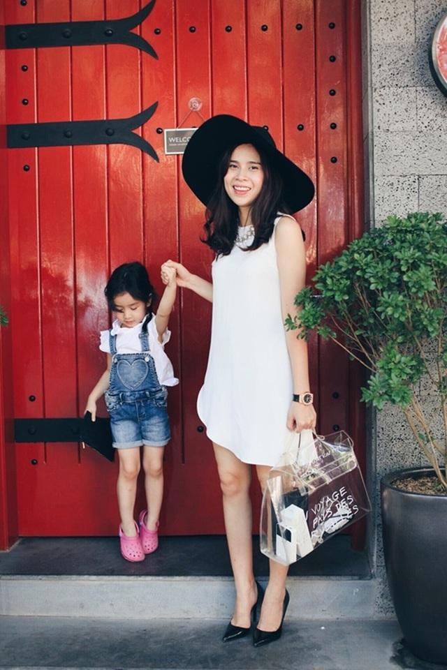 Với những trang phục đời thường đa dạng, con gái Lưu Hương Giang được mệnh danh là fashionista nhí sành điệu của showbiz Việt.