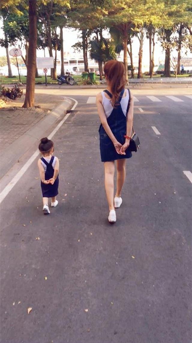 Style mẹ - con chỉ nhìn từ đằng sau cũng khiến các fan lịm tim vì sự đáng yêu.