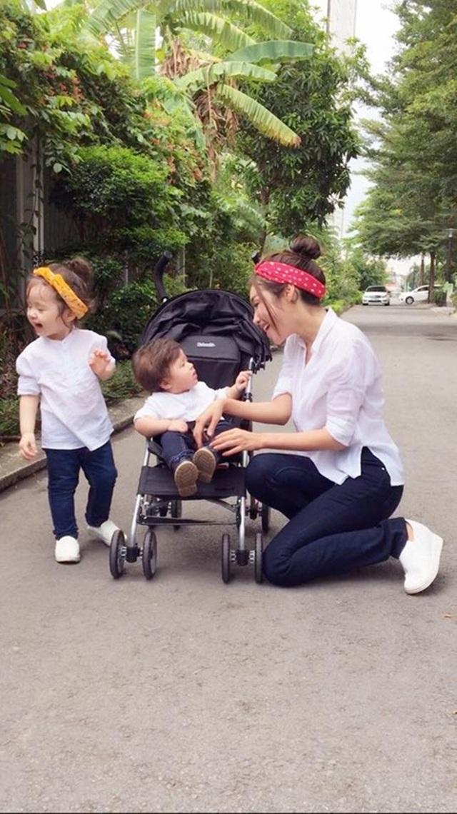 Elly Trần luôn cố gắng tạo ra sự đồng điệu với con trai, con gái bằng những trang phục đôi, trang phục bộ ba bắt mắt và hợp mốt. Và sự đồng điệu đó chính là một trong những yếu tố quan trọng tạo ra sức hút cho gia đình có lượng fan khủng này.