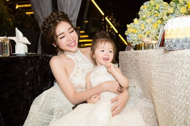 Elly Trần gọi những bộ trang phục ton sur ton của mẹ với con là thời trang của những người thương nhau.