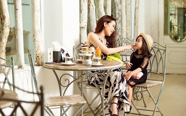 Cô công chúa nhỏ của cặp đôi Lưu Hương Giang – Hồ Hoài Anh từ nhỏ đã được bố mẹ chăm chút phong cách thời trang. Hai mẹ con cũng luôn xuất hiện với những bộ cánh tương đồng về màu sắc hoặc ăn ý về kiểu dáng.