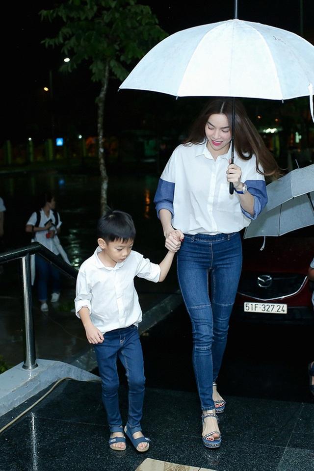 Những trang phục Hà Hồ chọn cho con trai đi theo xu hướng đơn giản mà vẫn đầy công tử.