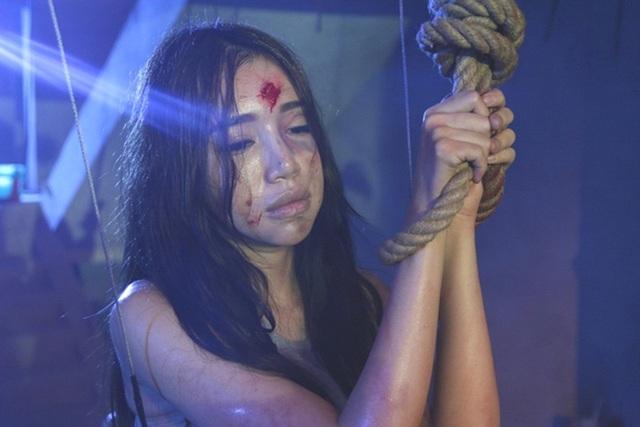 Elly Trần căng mình cho vai diễn, không cần cascadeur đóng thế những phân cảnh khó.