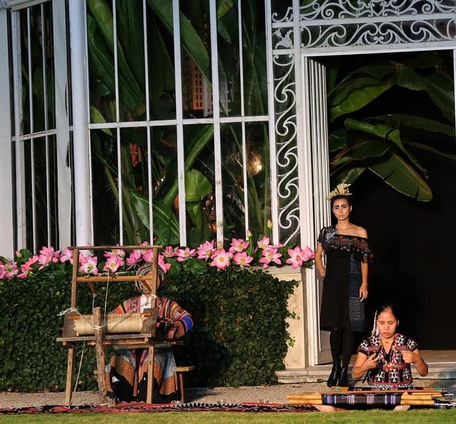 Chị Vàng Thị Mai người dân tộc Mông tại Lùng Tám, Hà Giang và chị Hồ Thị Hợp người Tà Ôi, Alưới Huế cùng đến Pháp với những khung dệt.