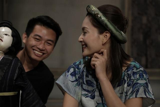 Người đẹp được sự hỗ trợ của nghệ sĩ Trung Lương – Á quân Vietnam Got Talent, cô điều khiển rối và diễn thoại, còn nghệ sĩ Trung Lương đàn phụ họa.