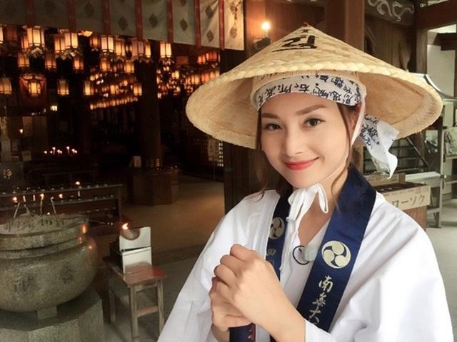 Nữ diễn viên Lan Phương còn có chuyến hành hương qua 88 ngồi đền chùa ở Tokushima. Cô diện đồ như người hành hương. Cô cho biết thêm nếu hành hương đi bộ hết 88 chùa thì sẽ mất khoảng 40 ngày và cây gậy chống sẽ mòn đi hơn một nửa – đây là một trong những chia sẻ thú vị của cô trong hành trình này.