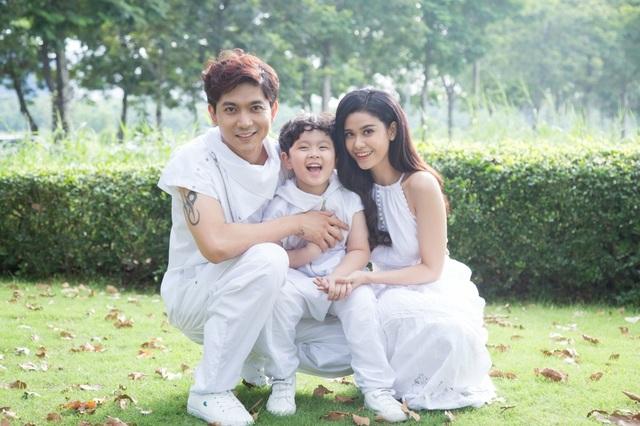"""Những khoảnh khắc mới nhất của gia đình Tim - Trương Quỳnh Anh tiếp tục gây thương nhớ khi liên tưởng đến một gia đình """"ngôn tình"""" hạnh phúc trong đời thực."""
