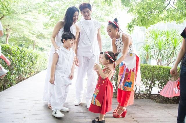 Tham dự sự kiện, gia đình nhỏ này cũng có dịp hội ngộ nữ ca sĩ Đoan Trang cùng hai cô công chúa nhỏ của họ.