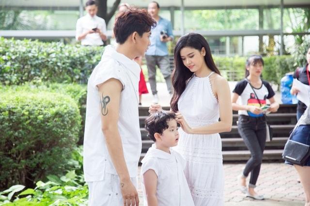 Tim và Trương Quỳnh Anh quyết định đến trước thời điểm chương trình diễn ra gần 2 giờ để con mình có dịp được làm quen sân khấu và các mẫu nhí tham gia biểu diễn trong chương trình.
