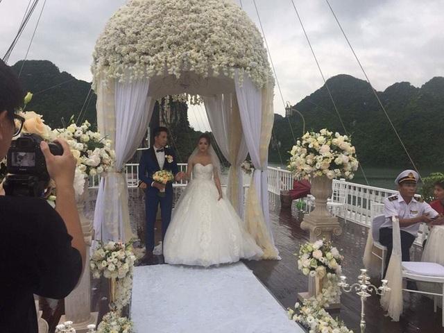 """Mới đây, trên các trang mạng xã hội đang rò rỉ hình ảnh Hương Giang Idol xuất hiện trong váy cưới lộng lẫy bên """"chú rể lạ""""."""