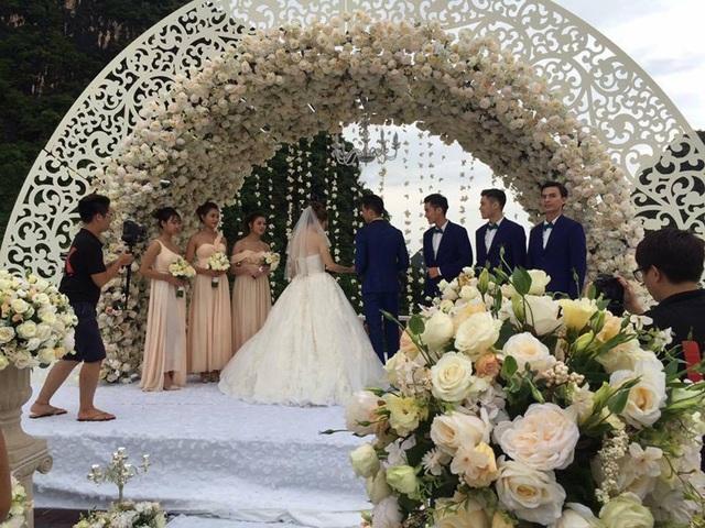 """Hình ảnh cho thấy, trong khung cảnh lãng mạn và sang trọng trên chiếc du thuyền với hoa hồng trắng, """"cô dâu"""" Hương Giang Idol xuất hiện lộng lẫy trong nhiều khoảnh khắc."""