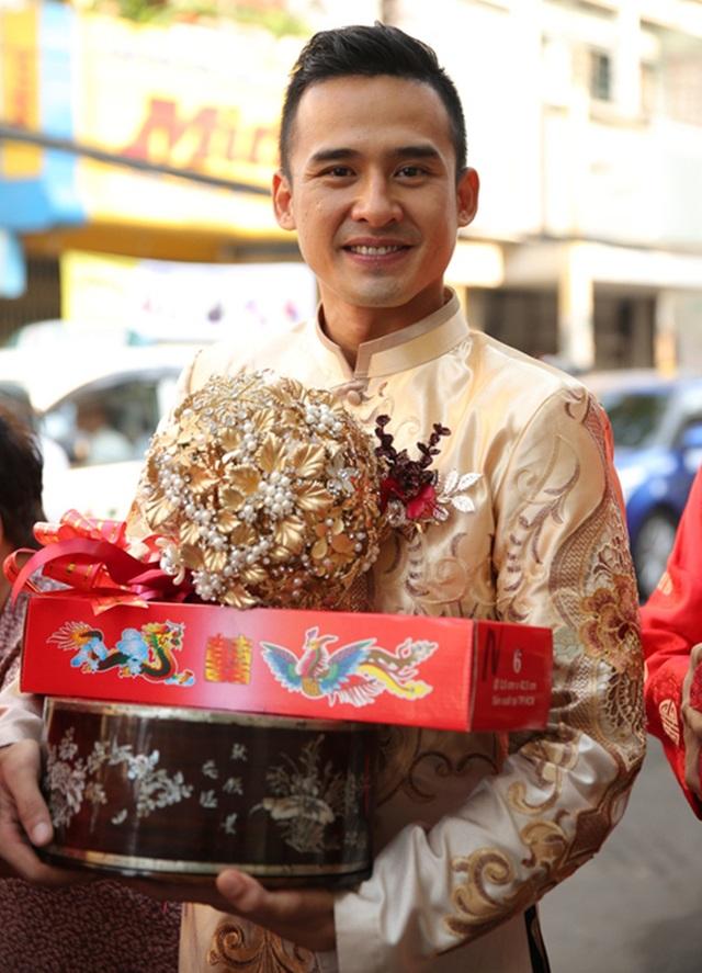 Còn thiết kế áo dài của Lương Thế Thành có phom dáng vest cách tân, hiện đại. Phía trên màu đồng đậm, phần dưới màu áo trùng với áo cô dâu, có sự chuyển biến về màu sắc giống ombre.