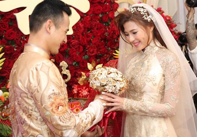 """Nói về chiếc áo dài cưới của Thúy Diễm, Anh Thư chia sẻ: """"Ban đầu, tôi thực hiện một bộ áo dài khác có màu đồng lấp lánh cho Thúy Diễm. Tuy nhiên, hai tuần trước khi buổi lễ diễn ra, Thuý Diễm đổi sang concept cổ điển""""."""