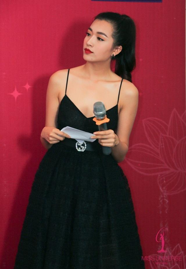 Tại sự kiện, Lệ Hằng chọn một thiết kế váy cổ điển. Chiếc váy màu đen tuyền hoàn toàn tôn lên nước da của người đẹp Đà Nẵng.