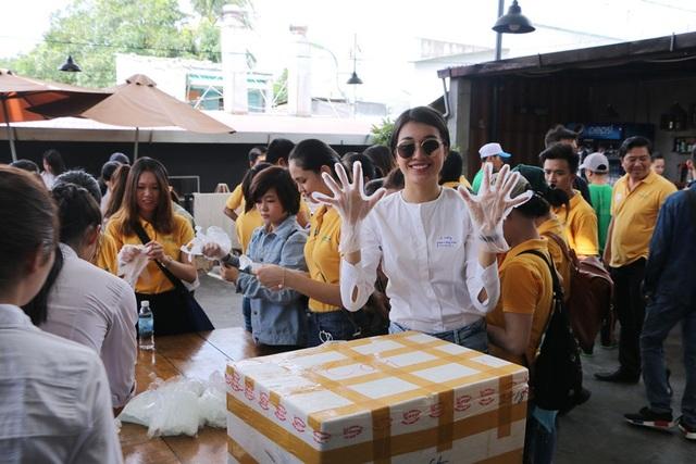 Khoảng thời gian gần đây, Lệ Hằng ngày càng đón nhận nhiều tin vui như đại diện Việt Nam dự thi Miss Universe 2016, đại sứ cho các chiến dịch cộng đồng. Đồng nghĩa, khối lượng công việc đến với cô dồn dập. Tuy nhiên, dù bận rộn, người đẹp vẫn hoàn thành trọn vẹn ở từng vai trò.