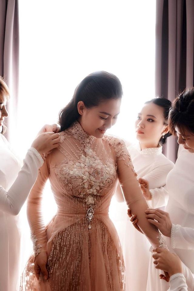 Trong tiệc ăn hỏi diễn ra vào ngày 22/7 vừa qua, nữ diễn viên Ngọc Lan lần lượt diện hai thiết kế áo dài và váy cưới do NTK Anh Thư thực hiện. Vốn thân thiết với Ngọc Lan nên thấu hiểu vóc dáng của cô, Anh Thư đã cho ra đời hai thiết kế phù hợp sở thích của nữ diễn viên.
