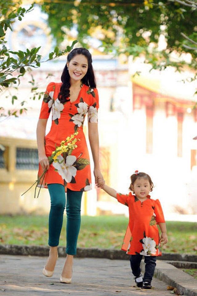 Hoa hậu Hương Giang và con gái.