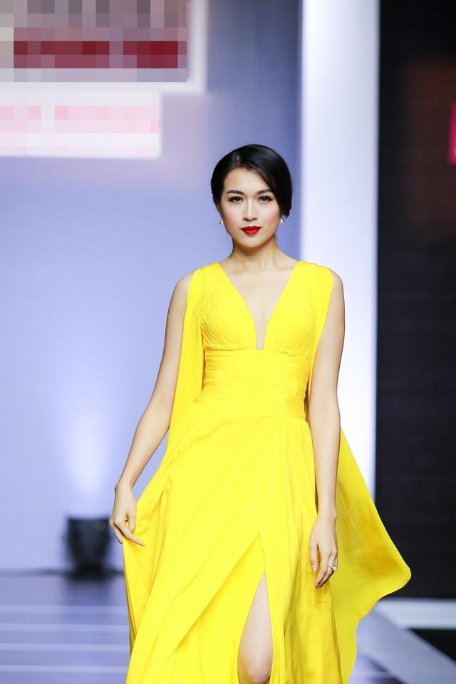 Trong số người mẫu trình diễn, Lệ Hằng nổi bật trong một thiết kế váy dạ hội cánh tiên màu vàng đơn sắc. Để chuẩn bị cho đêm diễn này, người đẹp Đà Nẵng tích cực rèn luyện kỹ năng catwalk cùng váy dạ hội trước đó vài ngày.