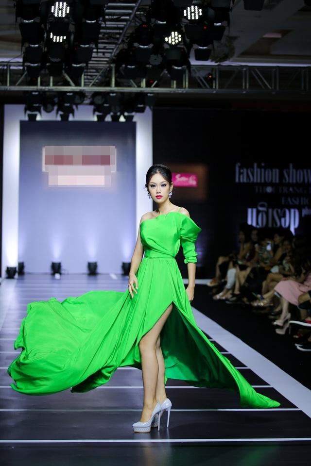Á khôi 2 Hoa khôi Áo dài Phương Linh dịu dàng sải bước. Danh hiệu ở cuộc thi Hoa khôi Áo dài giúp cô giành suất tham dự Hoa hậu Quốc tế 2016.