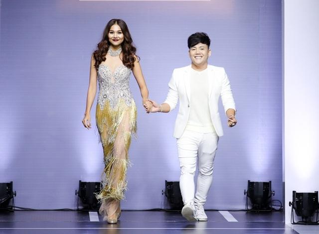 Giám khảo Vietnam's Next Top Model diện một thiết kế tua rua ánh kim sang trọng. Chiếc váy chất liệu cứng cáp ôm sát thân hình của người đẹp Thanh Hằng giúp khoe đôi chân dài điểm 10 của cô.