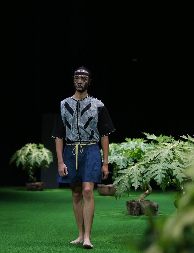 """NTK Eric Choong, NTK Malaysia với nhiều """"phép thuật"""" dành cho chất liệu vải Batik truyền thống của đất nước mình đã tạo ra một chân dung mới cho ready to wear dành cho nam giới."""