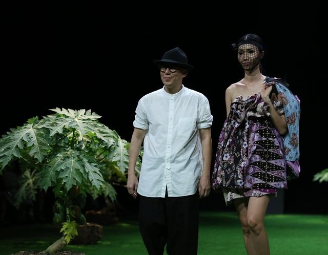 Những khuôn mẫu của batik mang một tinh thần mới của một tài năng có tính thiên biến vạn hóa trong thời trang.