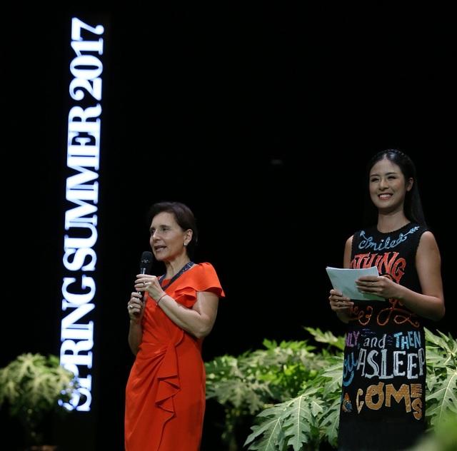 Đại sứ Ý (bên trái) trong lời phát biểu đã dành trọn tình cảm cho thời trang Việt Nam liên kết với thời trang Italia thông qua Hội đồng Thời trang Ý - Việt.