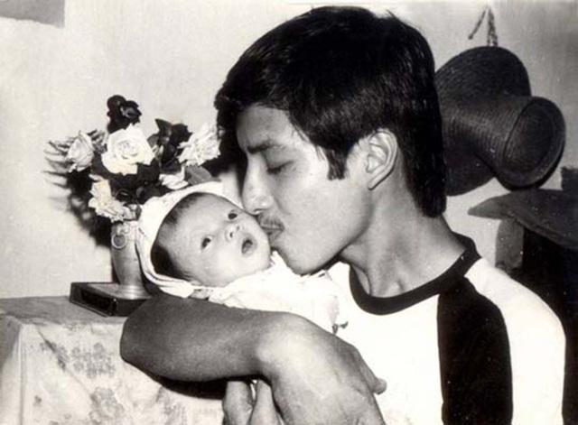 Bức hình kỉ niệm cảm động cha và con gái trong những năm tháng đầu đời của con.