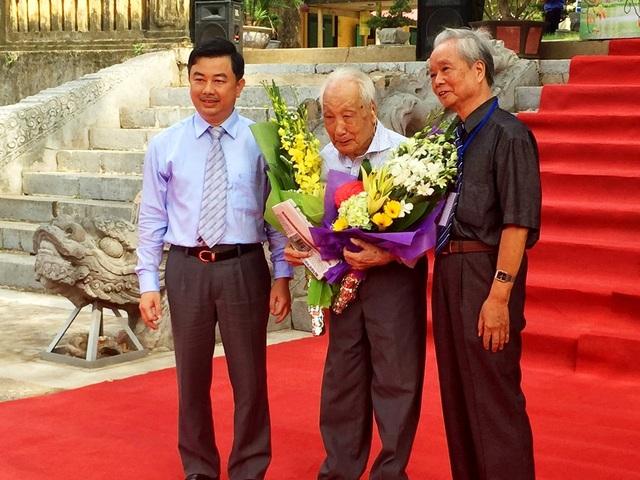 Ban Tổ chức tặng hoa chúc mừng NSND Lê Vượng.