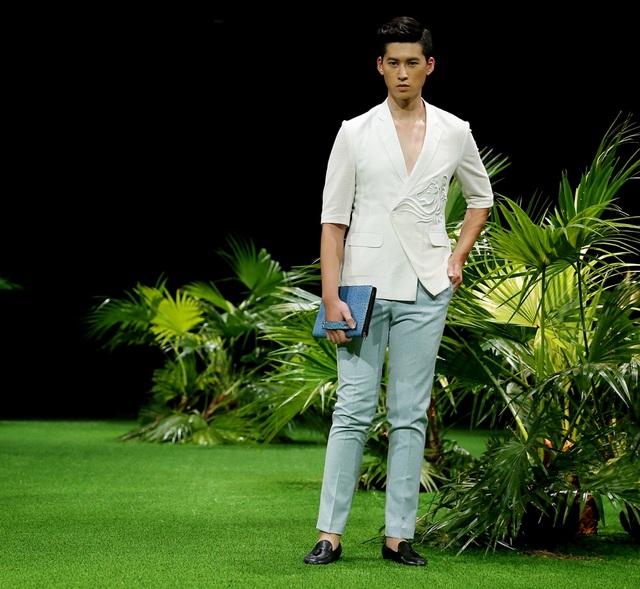 NTK Duy Nguyễn: Đây là lần thứ hai giới thiệu BST tại Tuần lễ thời trang Việt Nam, Duy Nguyễn đã có tiến bộ trong cách tạo ra dòng sản phẩm veston nam cao cấp.