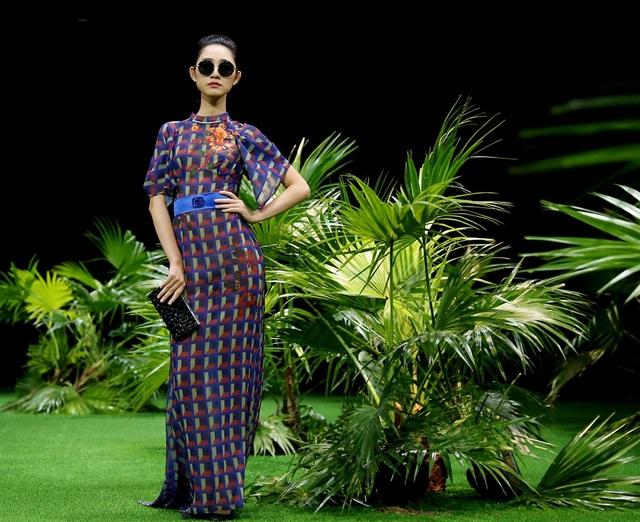 Những gam màu đối lập phối hợp cùng phong cách của những lady thập niên 60 tạo nên hình ảnh một người phụ nữ mạnh mẽ và kiêu hãnh bởi vẻ nữ quyền.