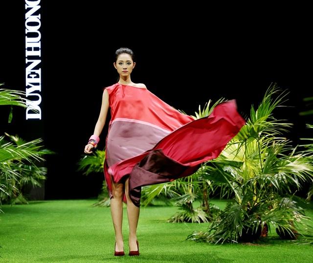 Duyên Hương đã nắm giữ toàn bộ cảm xúc của khán giả bằng nhịp điệu của BST. Nét nữ tính thanh thoát hòa tan trong vẻ gợi cảm, xoa dịu những ánh nắng gay gắt của mùa hè nhiệt đới.
