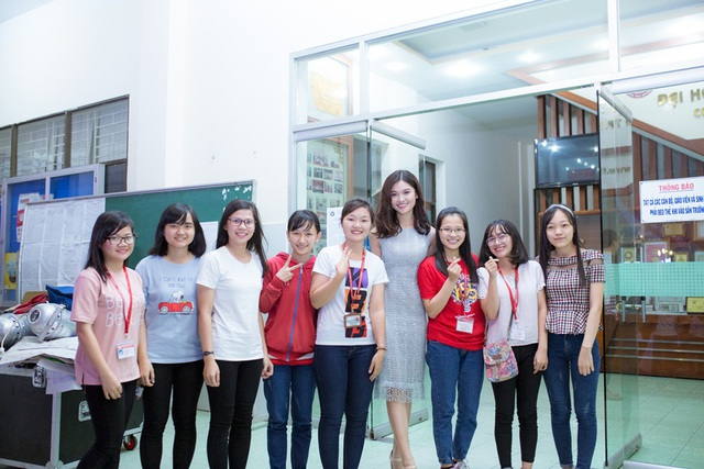 Rất nhiều tân sinh viên chủ động xin chụp ảnh lưu niệm cùng Á hậu.