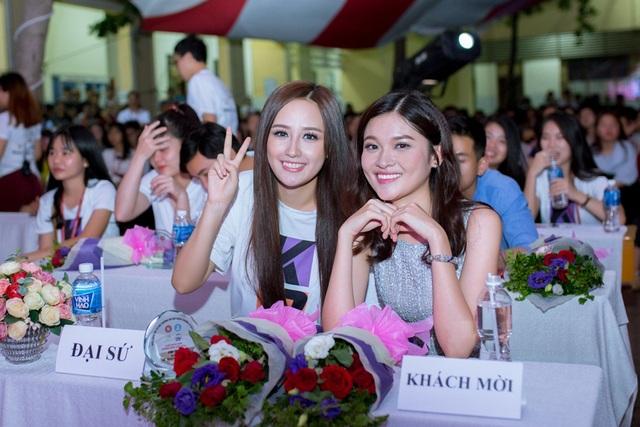 Cô chia sẻ rằng, bản thân may mắn khi thời điểm tham gia Hoa hậu Việt Nam rơi vào mùa hè. Do đó, cô không mất quá nhiều kiến thức quan trọng khi bước vào năm học mới. Bên cạnh đó, người đẹp cũng đón nhận nhiều sự giúp đỡ từ bạn bè và các thầy cô.