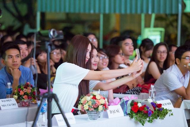 Trong suốt chương trình, hai người đẹp trò chuyện sôi nổi và cùng nhau chụp ảnh selfie cùng nhau.