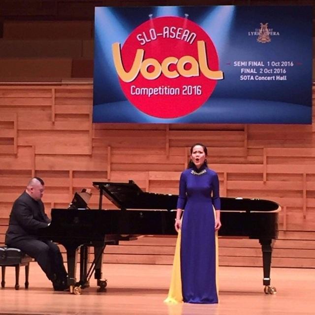 Phạm Khánh Ngọc biểu diễn ở Singapore trong tà áo dài duyên dáng.