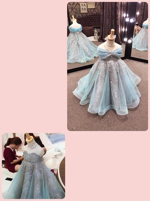 Được biết, chiếc váy điệu đà là một thiết kế được Elly Trần đặt riêng cho con gái do một NTK nổi tiếng từng thực hiện váy cưới, áo dài ăn hỏi cho hàng loạt cặp sao Việt như Victor Vũ - Đinh Ngọc Diệp, Lương Thế Thành - Thúy Diễm, Ngọc Lan - Thanh Bình thực hiện,… Bản thân Elly cũng là nàng thơ của NTK này. Bà mẹ hai con thân thương gọi những trang phục cầu kì mà cô chuẩn bị cho con là thời trang của những người thương nhau.